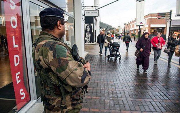"""Patrol w Roubaix po atakach na redakcję """"Charlie Hebdo""""; styczeń 2015 r."""