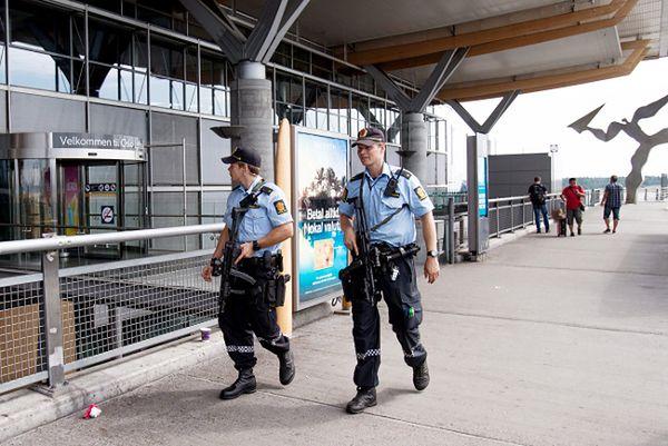 Norwescy policjanci na lotnisku w Oslo