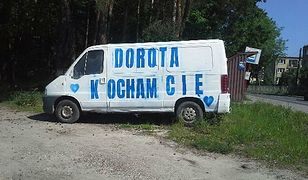 Biały van z miłosnym wyznaniem stoi przy trasie pod Piasecznem