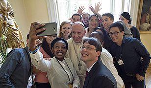 Obiad papieża Franciszka z młodymi od kulis