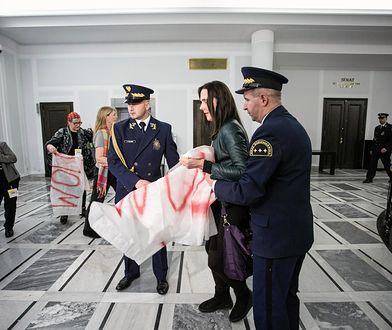 Marszałek Karczewski kazał wyrzucić z Senatu pięć kobiet