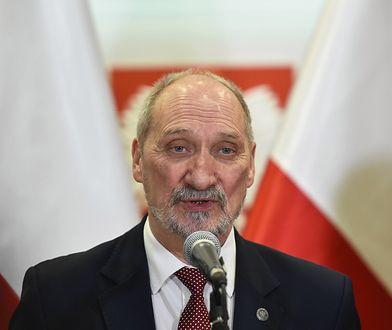 Antoni Macierewicz jest obecnie przewodniczącym Podkomisji ds. Ponownego Zbadania Wypadku Lotniczego pod Smoleńskiem
