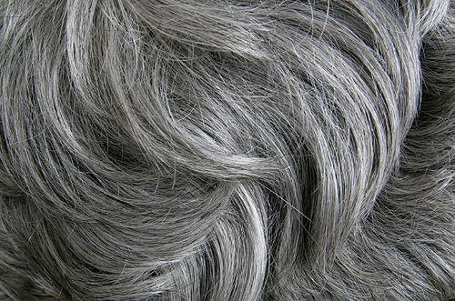 Siwe włosy - jak sobie z nimi poradzić?