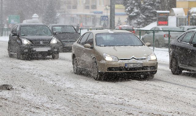Zima znacznie spowolniła ruch w miastach