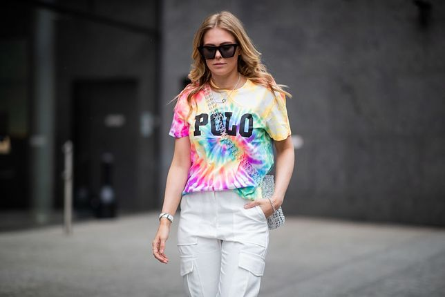Trend tie-dye powraca po latach w wielkim stylu.