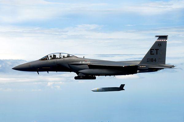 Pocisk AGM-158 JASSM odpalany przez F-15E Strike Eagle