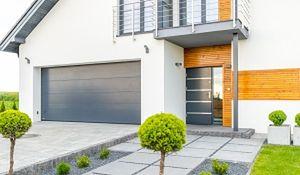 Brama garażowa dobrana do nowoczesnej elewacji domu