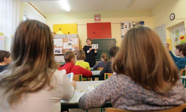 Przymusowy wolontariat. Nauczyciele mogą teraz na własnym przykładzie tłumaczyć uczniom znaczenie słowa oksymoron.