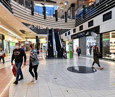 Otwarte sklepy w galeriach handlowych nie przyciągnęły tłumów.