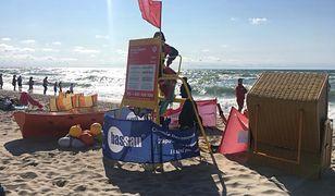 Czerwona flaga na plaży to wyraźny znak, że obowiązuje zakaz kąpieli