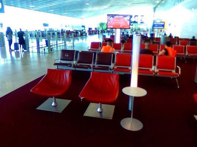 Czerwone wykładziny na paryskim lotnisku Charles de Gaulle. Zaraz obok znajduje się ściana z bujną roślinnoscią.