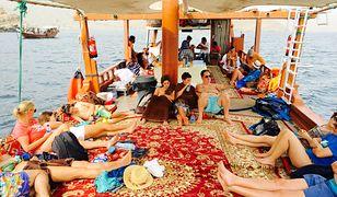 Polacy pokochali urlop w ZEA, Omanie czy Izraelu. Nawet niebezpieczna sytuacja polityczna nie jest w stanie ich zniechęcić. Na zdjęciu turyści wypoczywający nad Zatoką Omańską, w rejonie o nazwie Muhafaza, będącym półenklawą Omanu