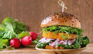 Wegański burger (zdjęcie ilustracyjne)