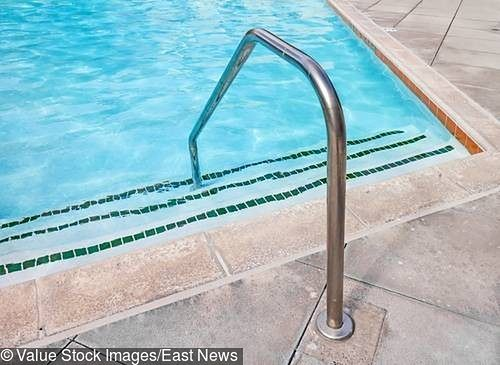 24-latek wszedł na basen z dwoma kolegami późnym wieczorem