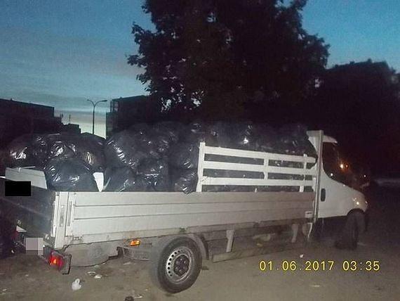 Wyrzucił prawie 300 worków śmieci na działkę. Bezmyślnego mężczyznę nagrały kamery