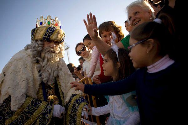 W święto Trzech Króli ulicami maszerują barwne orszaki królewskie