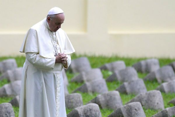 """Papież na cmentarzu wojennym: III wojna światowa toczy się """"w kawałkach"""""""