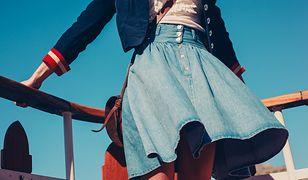 Kobieta w jeansowej spódnicy