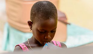 """Dziewczynki w Afryce są poddawane okrutnemu zabiegowi """"prasowania"""" piersi"""