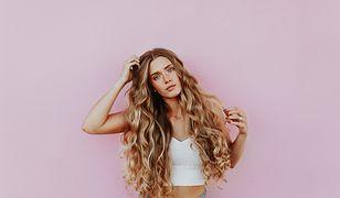 Kręcone włosy trzeba regularnie nawilżać, aby zapobiec rozdwajaniu końcówek i puszeniu się włosów
