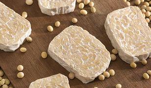 Tempeh powstaje w wyniku fermentacji ziaren soi.