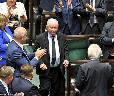Jarosław Kaczyński może świętować. Po 3/4 kadencji jego partia ma w sondażu dwukrotną przewagę nad PO