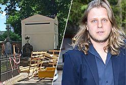 Remont grobu Piotra Woźniaka-Staraka nadal trwa. Zablokowano alejki