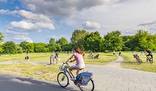 Koronawirus w Warszawie. Policja łapie rowerzystów na ścieżkach. Czy to zgodne z przepisami?