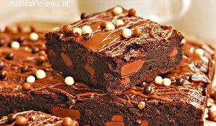 Czekoladowe ciasto z dodatkami. Pyszne i proste