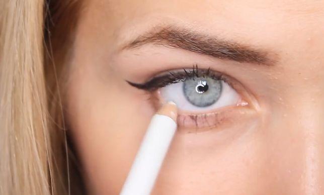 Hit Instagrama? Pomaluj kreski eyelinerem z pomocą taśmy klejącej