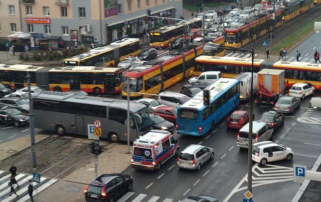 Skrzyżowanie ulic Grójeckiej i Wawelskiej w Warszawie podczas awarii sygnalizacji 5.09.2018