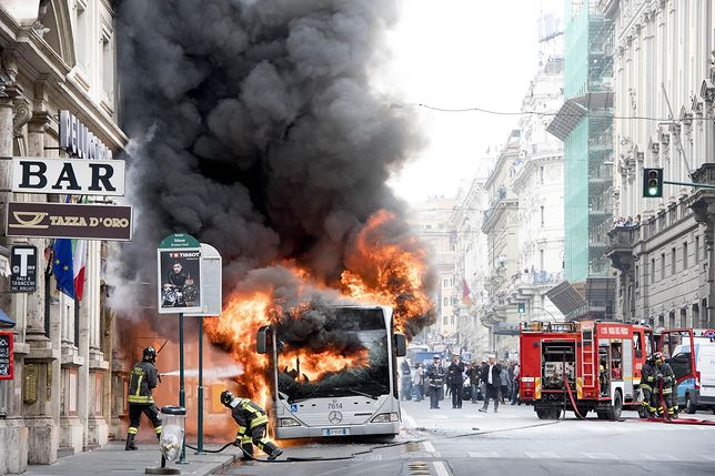 Ogromny słup dymu i ognia