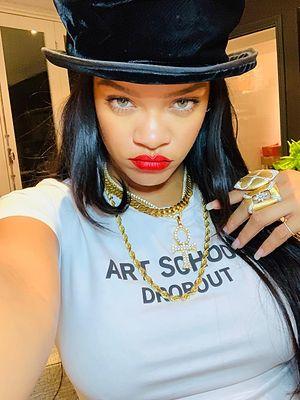 Rihanna pozuje topless z hinduskim bogiem. Fani są rozczarowani