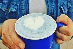 Zapomnijcie o kawie z węglem. Teraz modna jest blue matcha!