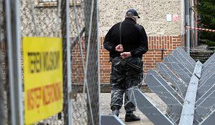 Ochroniarz pilnuje obiektu wojskowego