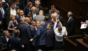 Awantura wybuchła po tym, jak prezes PiS Jarosław Kaczyński wyzwał posłów opozycji od kanalii.