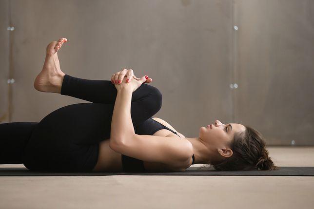 Przyciąganie kolan do klatki piersiowej to jedno z ćwiczeń na ból kręgosłupa