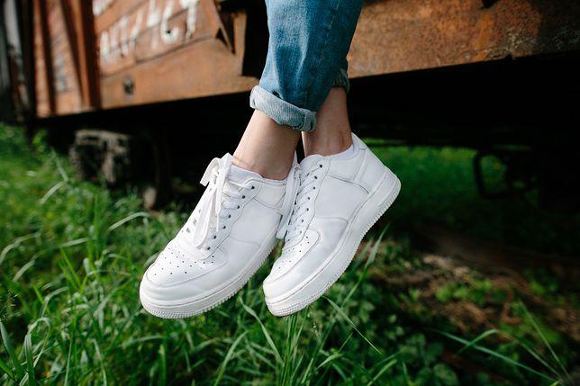 Idealnie czyste białe buty to hit każdego sezonu wiosennego