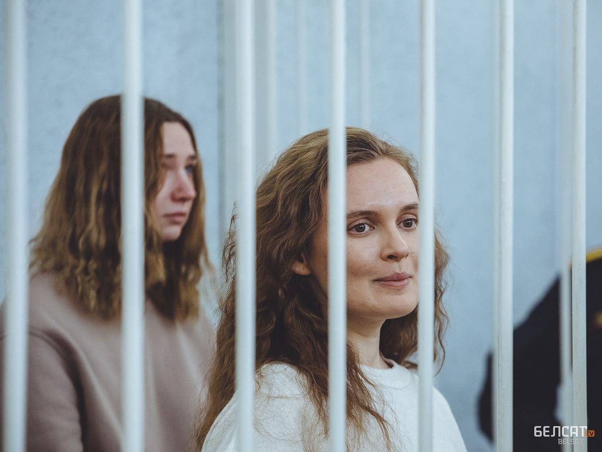 Katia Andrejewa i Daria Czulcowa w sali sądowej w Mińsku (fot. AB / Biełsat TV)