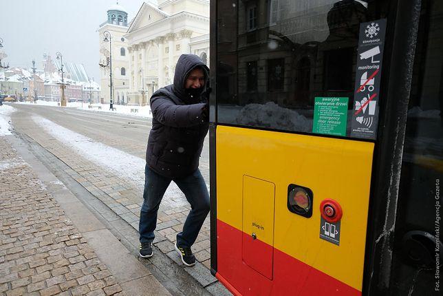 Warszawa. 28-letni Białorusin pomógł ruszyć autobusowi