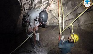 Żeby dotrzeć do uwięzionych, ratownicy muszą przecisnąć się przez bardzo wąskie korytarze. Niektóre mają wysokość zaledwie 20-30 cm