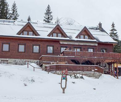 Žiarska Chata, czyli Schronisko Żarskie, znajduje się w Dolinie Żarskiej w Tatrach Zachodnich