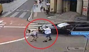 Kamera monitoringu nagrała, jak mężczyzna uderza kobietę