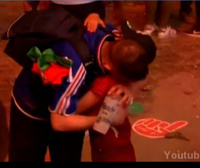 Znamienna scena: portugalski chłopczyk przytula Francuza płaczącego po przegranej w finale ME