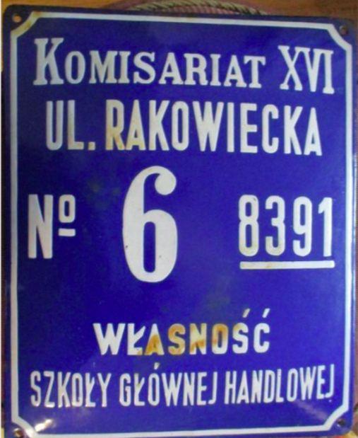 Warszawa. Przedwojenna tabliczka z numeracją budynków i rejonizacją policyjną może wrócić po latach na miejsce, skąd zdjęto ją zapewne podczas powojennego remontu