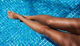 Kobiety, które chcą utrzymać opaleniznę, powinny przede wszystkim pamiętać o nawilżaniu skóry.