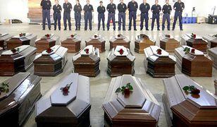 Trumny z ciałami uchodźców, ofiar katastrofy statku przy brzegach Lampedusy 3 października 2013 r.