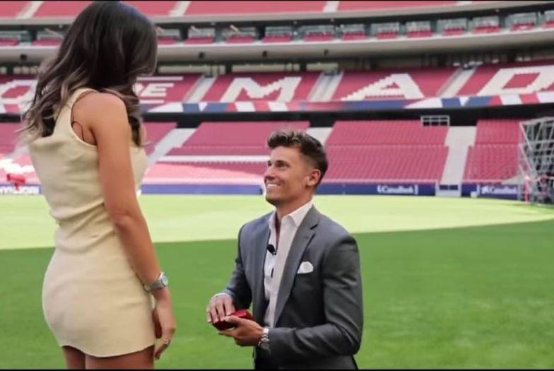 Gwiazdor pod błahym pretekstem zabrał dziewczynę na stadion. Ależ niespodzianka!