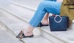 Buty w kwiaty najlepiej wyglądają z klasycznymi, jednolitymi ubraniami