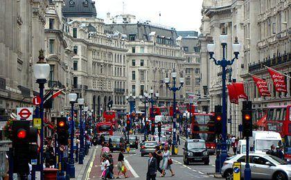 Promocja mieszkań w Londynie. Setki chętnych stoją w deszczu w kolejce